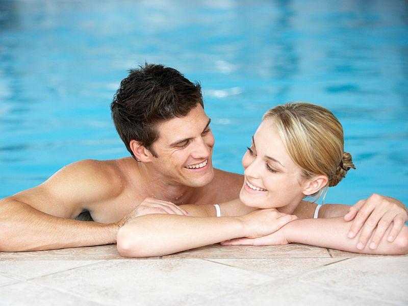 Парень с девушкой бассейне вдвоем